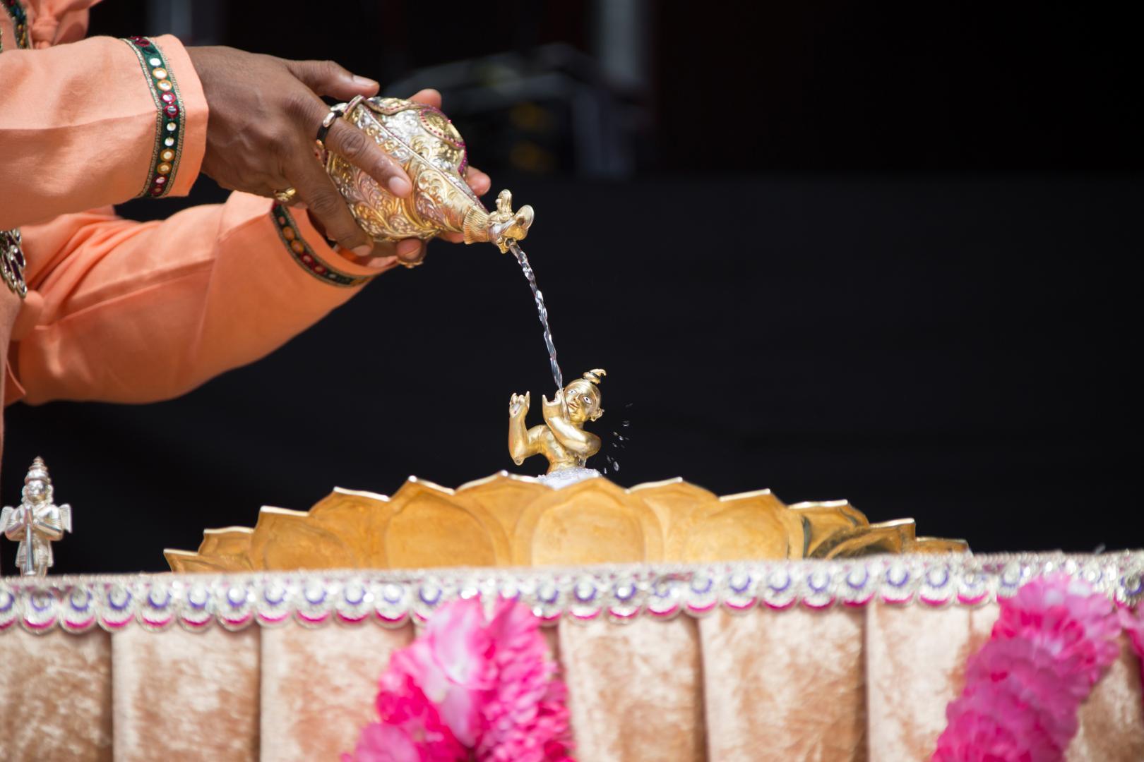 Swami Vishwananda robi abiszekam na thakurjim